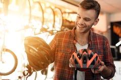 Blicke eines jungen Mannes nah an den Sturzhelmen für Fahrrad reitet Stockbilder