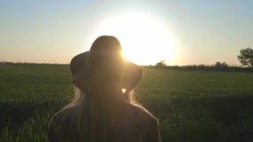 Blicke eines reizenden der jungen Frau Reisenden oder des Landwirts bei dem Sonnenuntergang oder dem Sonnenaufgang Tragendes kari stock video