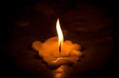 Blicke leuchten durch und Kerzen schmelzen auf Boden Lizenzfreie Stockfotografie