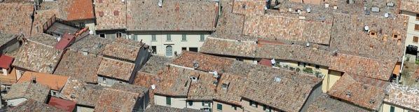 Blicke von Dächern des gedrängten Hauses ein Dorf in Europa Lizenzfreie Stockbilder