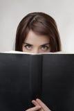 Blicken über Buch Stockfoto