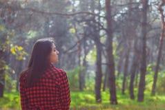 Blicken av den härliga flickan riktas åt sidan varm bakgrund för höst arkivbild