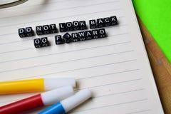 Blicken för universitetslärare` t tillbaka går framåtriktat meddelandet på utbildnings- och motivationbegrepp arkivbild