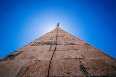 Blicken in Richtung der Spitze des Kirchturms von St. Anastasia in Zadar Stockfotografie
