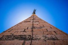 Blicken in Richtung der Spitze des Kirchturms von St. Anastasia in Zadar Lizenzfreies Stockbild