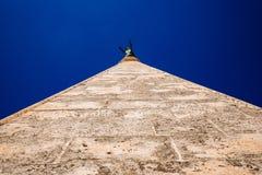 Blicken in Richtung der Spitze des Kirchturms von St. Anastasia in Zadar Stockbild
