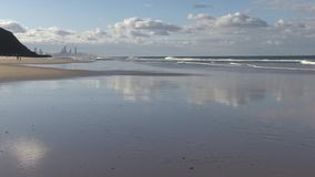 Blicken in Richtung des Paradieses des Surfers vom Palm Beach stock video