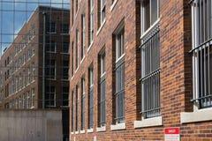 Blicken in Richtung eines widergespiegelten Gebäudes Lizenzfreie Stockbilder