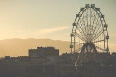 Blicken in Richtung Ferris Wheel Calleds Stockbild