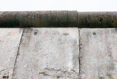 Blicken Sie oben in Richtung der hohen grauen Wand Lizenzfreies Stockfoto