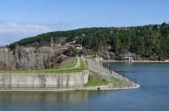 Blicken Sie in Richtung der Dammwand der malerischen Verdammung Stockfoto