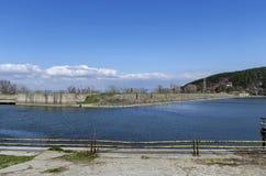 Blicken Sie in Richtung der Dammwand der malerischen Verdammung, Versammlungswasser von Iskar rive Stockfotos