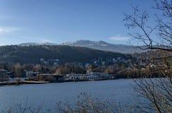 Blicken Sie in Richtung der Umwelt der malerischen Verdammung der Winterzeit, der Berge Plana und Vitoshas, Pancharevo Lizenzfreie Stockfotos