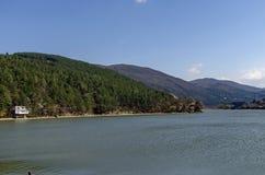 Blicken Sie in Richtung der Umwelt der malerischen Verdammung und des Lozen-Berges Stockbild