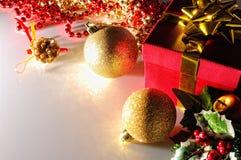 Blicken Sie Weihnachtsdekoration mit zwei Bällen und Draufsicht des Geschenks traurig Lizenzfreies Stockbild