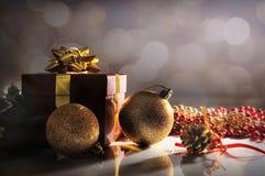Blicken Sie Weihnachtsdekoration mit zwei Bällen und Geschenk traurig Stockbild
