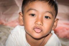Blickkamera des Gesichtskinderkleinen Jungen Lizenzfreie Stockfotografie