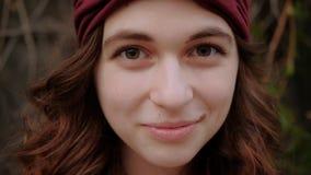 Blickkontaktfrau, die oben lächelndes modisches boho schaut stock video footage