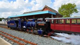 Blickling Hall Narrow Gauge Steam Train på den Wroxham stationen på den Bure daljärnvägen Norfolk royaltyfri bild