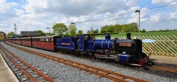 Blickling Hall Narrow Gauge Steam Train på den Wroxham stationen på den Bure daljärnvägen Norfolk fotografering för bildbyråer
