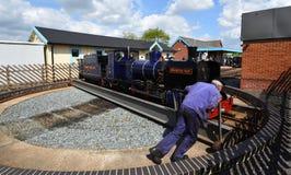Blickling Hall Narrow Gauge Steam Train på skivtallriken som den är att skjuta omkring på den Wroxham stationen på den Bure daljä royaltyfri fotografi