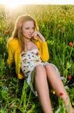 Blickmohnblumenfeld der jungen Frau sexy Stockfoto