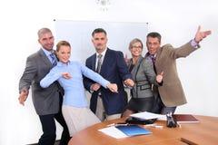 Blij commercieel team in bureau Stock Afbeeldingen