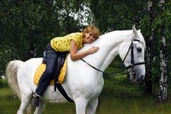 Blij dame en paard stock afbeelding
