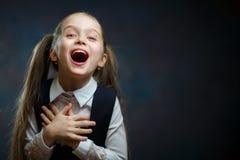 Blij Elementair Schoolmeisje Emotioneel Portret stock foto