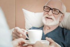 Blij en bejaarde die liggen glimlachen royalty-vrije stock fotografie