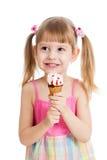 Blij geïsoleerd kindmeisje met roomijs Stock Foto's