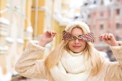 Blij jong model met lang haar die warme gebreide hoed, greep dragen Royalty-vrije Stock Foto
