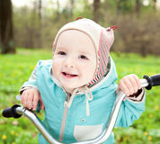 Blij kind bij de fiets van de kinderen stock fotografie