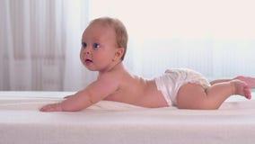 Blij ligt weinig baby op buik stock footage