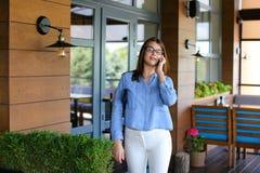 Blij maak vrouwelijke klant die restaurant met dichte omhooggaande satisfi verlaten Royalty-vrije Stock Afbeelding