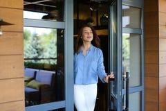 Blij maak vrouwelijke klant die restaurant met dichte omhooggaande satisfi verlaten Stock Fotografie
