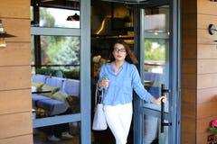 Blij maak vrouwelijke klant die restaurant met dichte omhooggaande satisfi verlaten Stock Foto