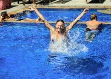 Blij meisje in de pool Stock Afbeeldingen