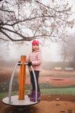 Blij meisje die pret op carrousel hebben in openlucht royalty-vrije stock foto's