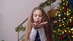 Blij meisje die uit confettien van palmen blazen stock footage