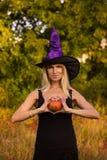 Blij meisje in Halloween-kostuum het praktizeren yoga Stock Foto