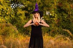 Blij meisje in Halloween-kostuum het praktizeren yoga Stock Afbeelding