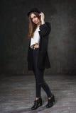 Blij mooi meisje die kostuum en zwarte klassieke hoed dragen Stock Foto