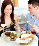 Blij paar dat salade eet Stock Afbeeldingen