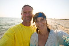 Blij paar van reizigers die selfie met een het plaatsen zon nemen Stock Afbeelding