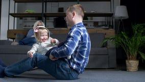 Blij peutermeisje die pret met vader hebben thuis stock video