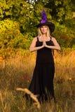 Blij wijfje in Halloween-kostuum het praktizeren yoga Stock Fotografie