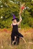 Blij wijfje in heksenkostuum het praktizeren yoga Royalty-vrije Stock Afbeelding