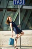 Blij winkelend meisje op de straat op taxieinde Stock Foto's