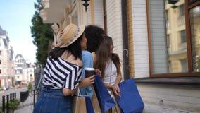 Blije aantrekkelijke meisjes die venstervertoning bekijken stock video